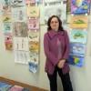 преподаватель - Кулявцева О.А. на фоне работ своих учащихся
